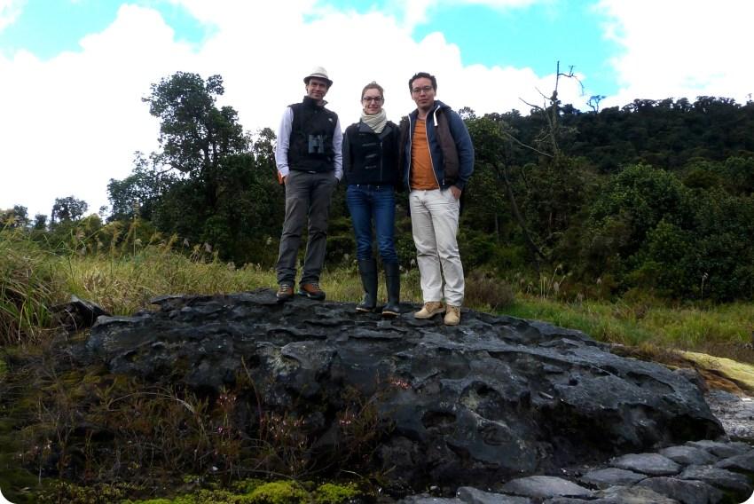Fernando y nosotros sobre una piedra en los termales de san juan en el parque natural Puracé