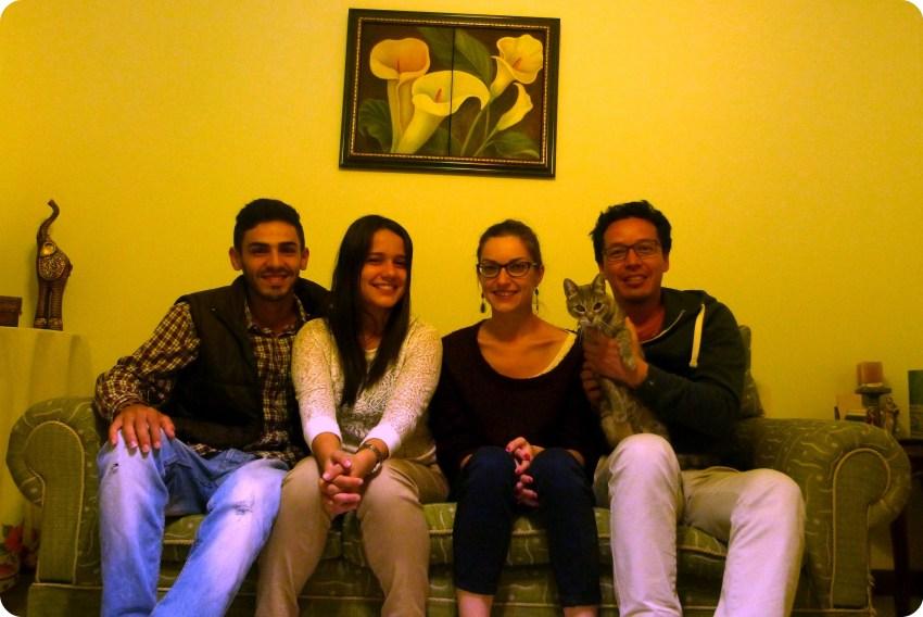 Nosotros 4 en el sofa con el gato en Popayán