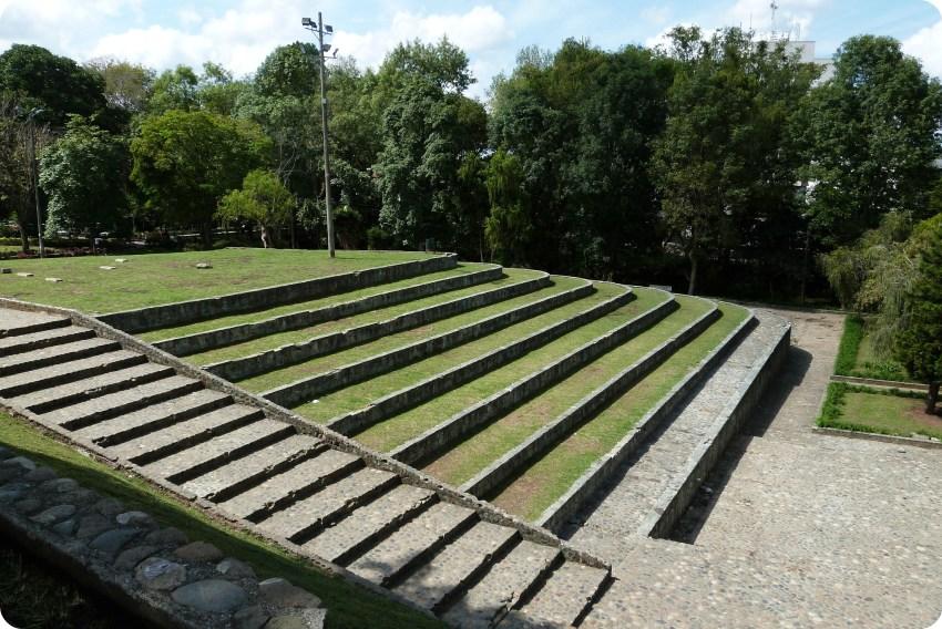 Parque con escaleras frente al puente en el centro histórico de Popayán