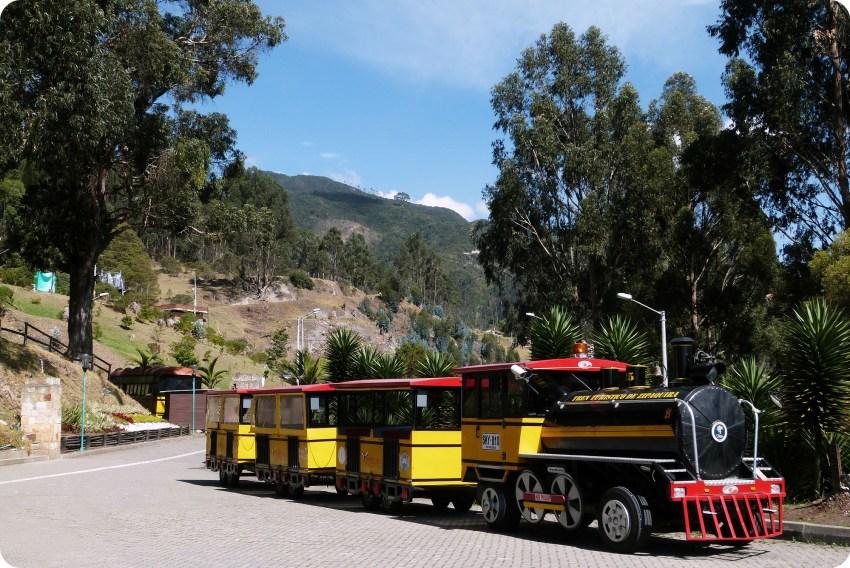 Train jaune et rouge près de la cathédrale de sel de Zipaquira