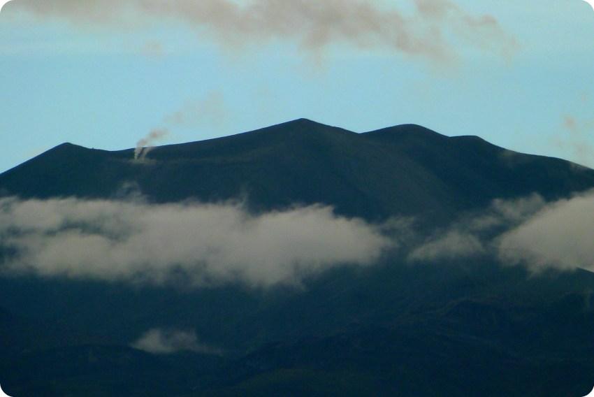 Zoom sobre las fumarolas del Volcan Puracé de Popayán visto desde el jardín de Pablo