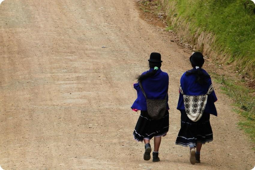 mujeres guambiano en un camino en silvia