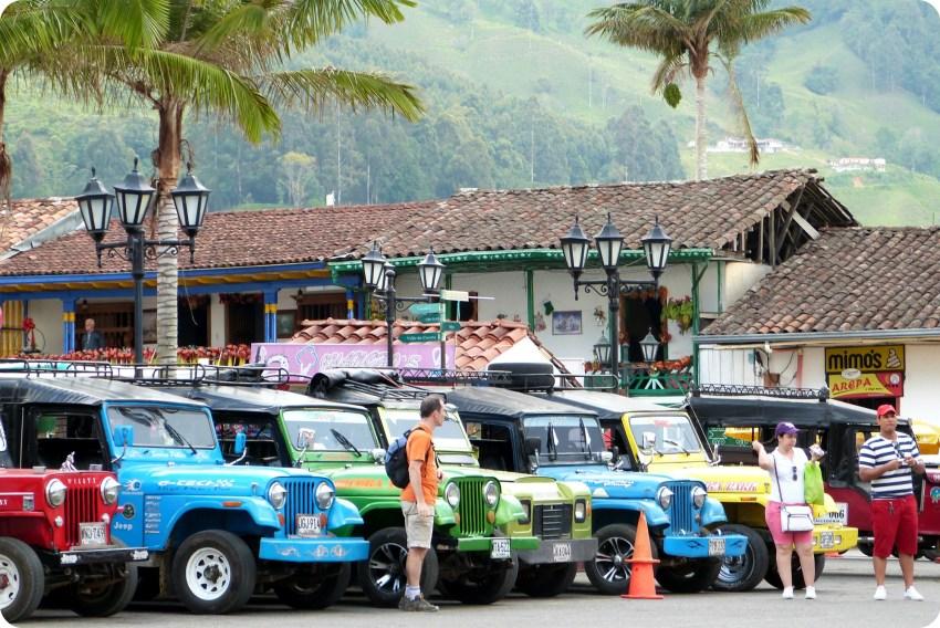 Jeeps de todos los colores en la plaza Bolívar de Salento