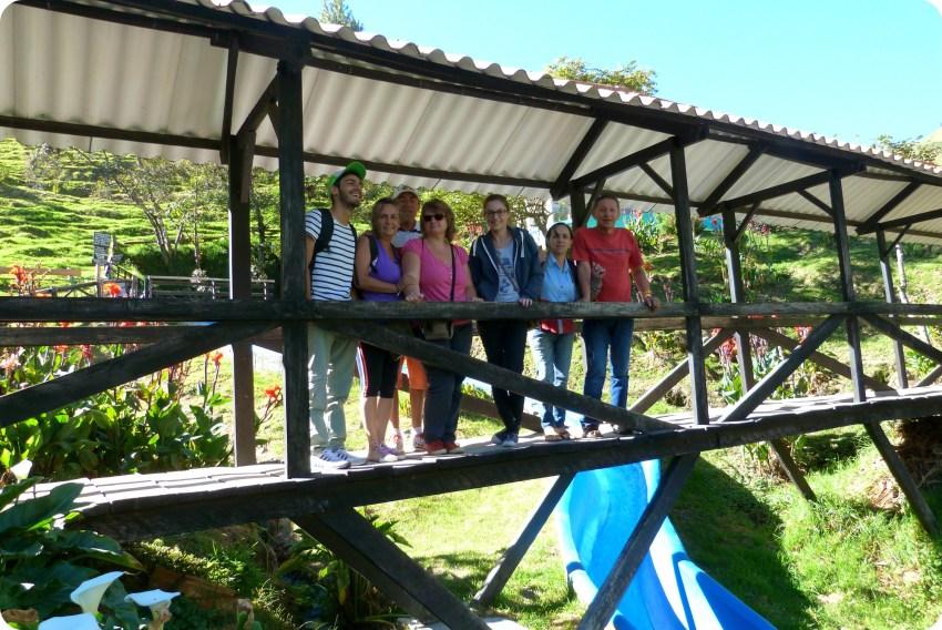 Nosotros sobre un pequeño puente en Aguas Tibias de Coconuco