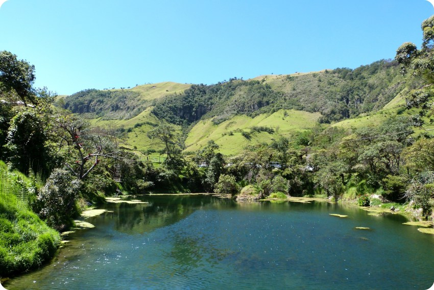 Paysage de lac et montagne à Aguas Tibias de Coconuco