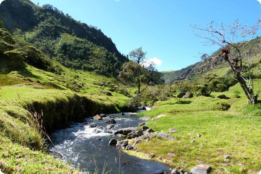 paisaje de montaña y río en Aguas Tibias de Coconuco