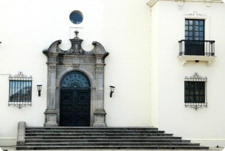 porte noire sur un bâtiment blanc de Popayán
