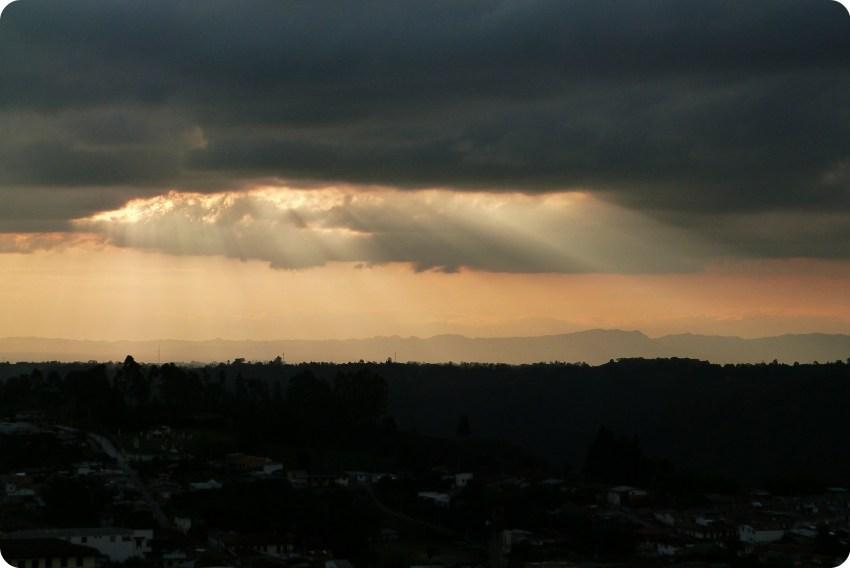 Rayons du soleil à travers un nuage gris au-dessus de Salento