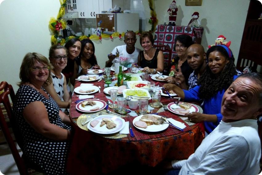 Toda la familia sentada a la mesa durante la comida de Navidad