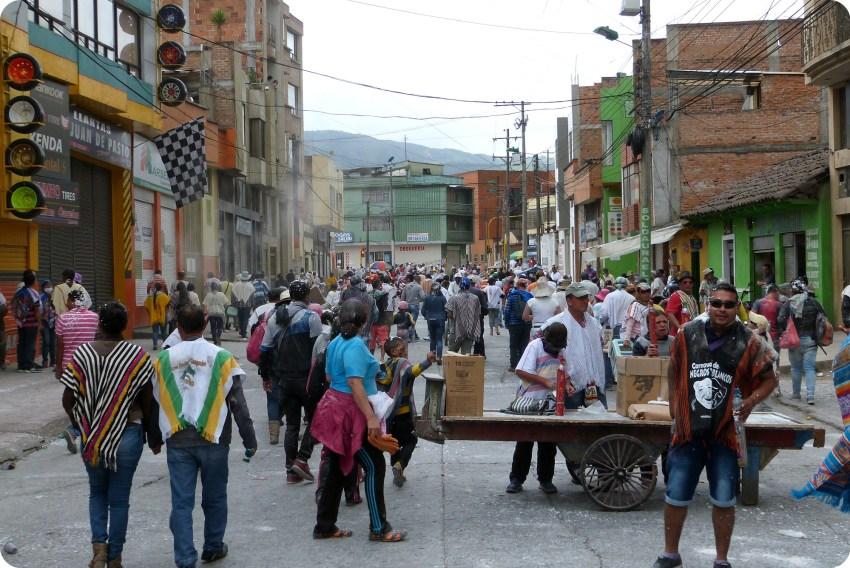public du carnaval dans une rue de Pasto