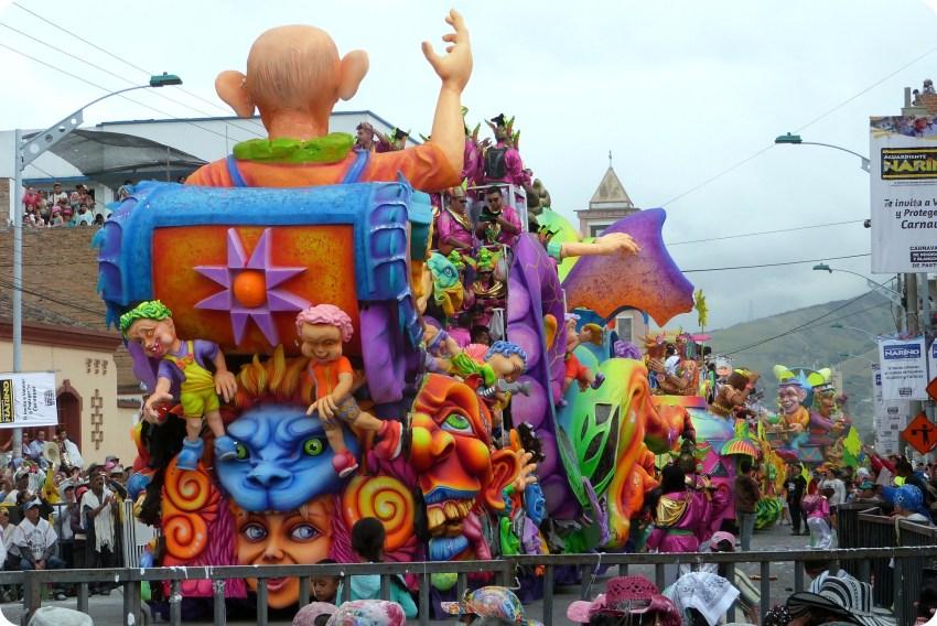 carro visto de espalda en el carnaval de Pasto