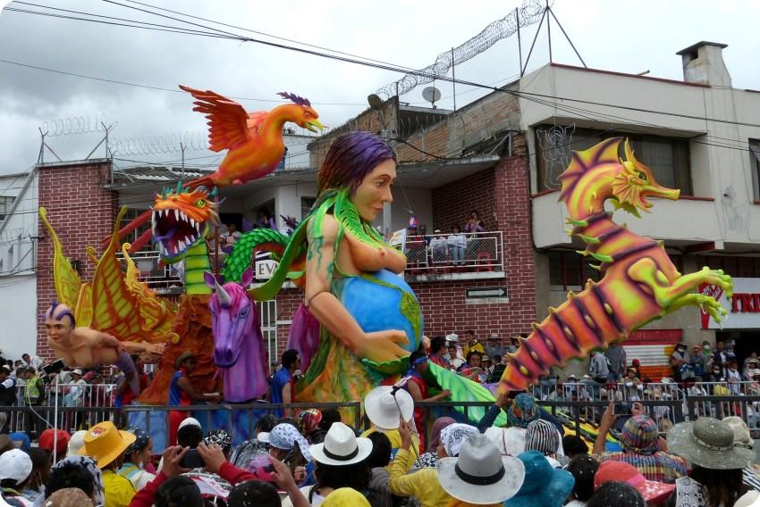 carro de una mujer embarazada del mundo en el carnaval de Pasto