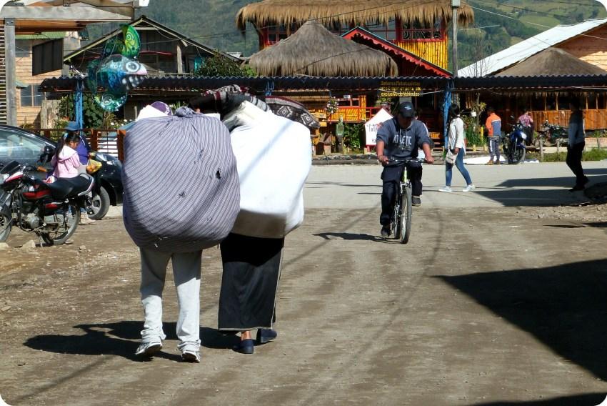 comerciantes ecuatorianos cargando una carga en la laguna de la Cocha de Pasto