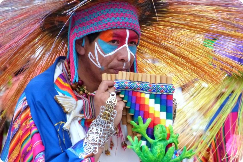 hombre con una flauta de pan en el carnaval de Pasto
