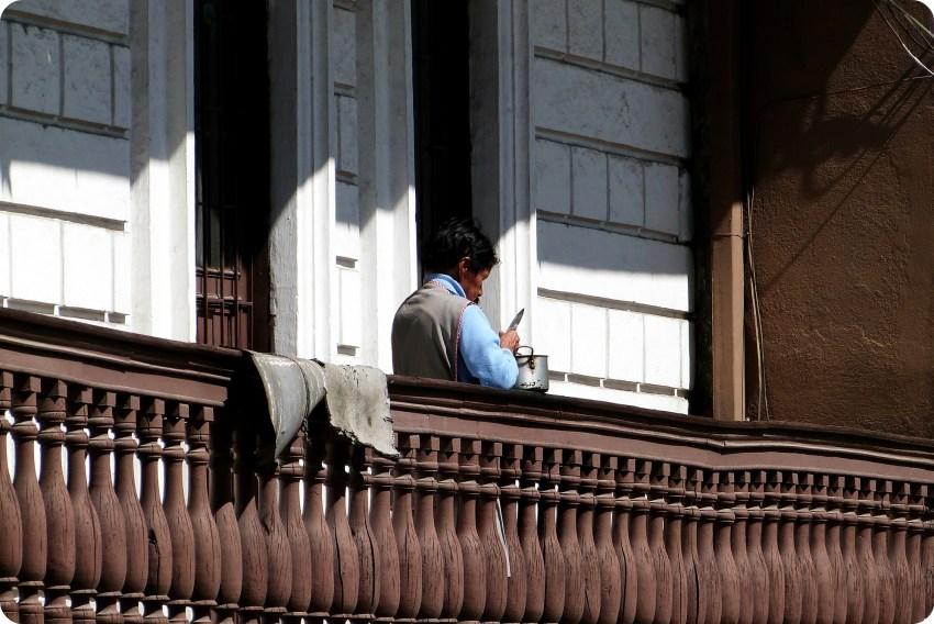 femme sur son balcon en train de peler des pommes de terre à Pasto