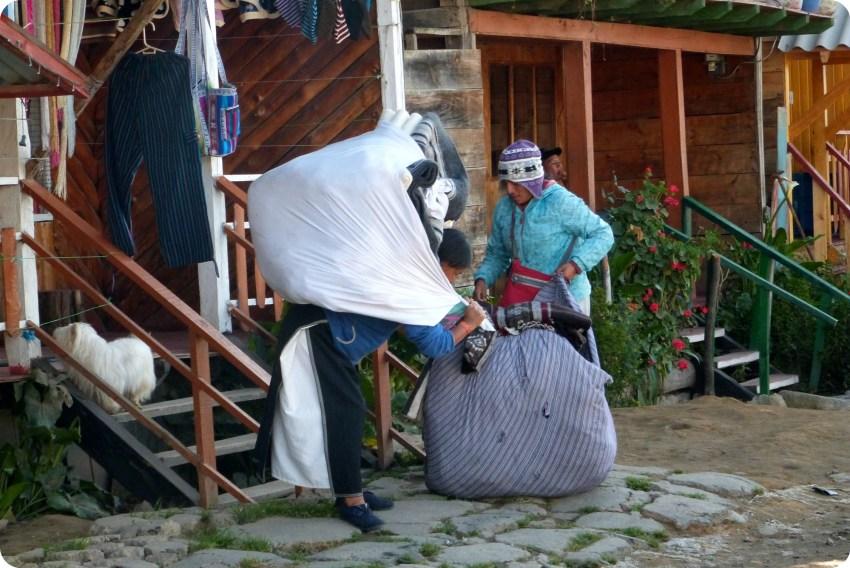 femmes portant des charges à la lagune de la Cocha à Pasto