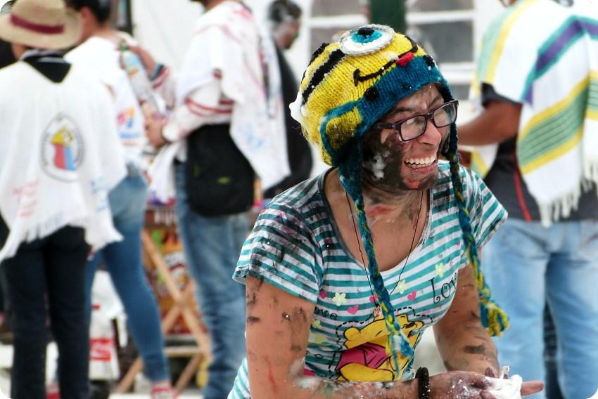 mujer con la cara pintada riendo en el carnaval de Pasto
