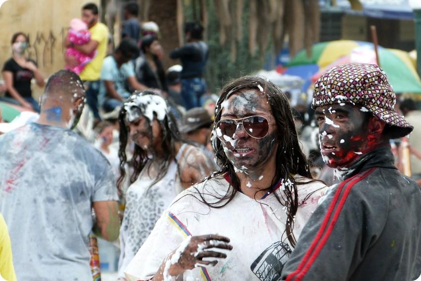 pareja en el carnaval de Pasto con la cara pintada de negro