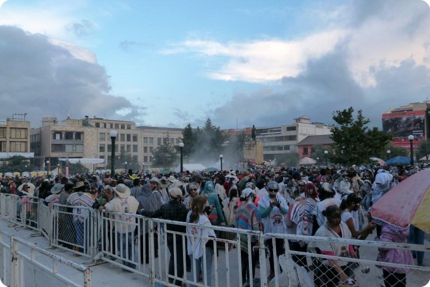 Gente en la plaza Nariño en Pasto durante el Carnaval