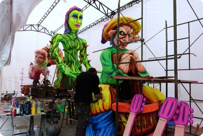 char dans son atelier de fabrication au carnaval de Pasto