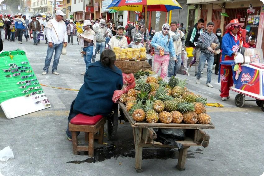 vendedora de piñas en una calle de Pasto durante el carnaval