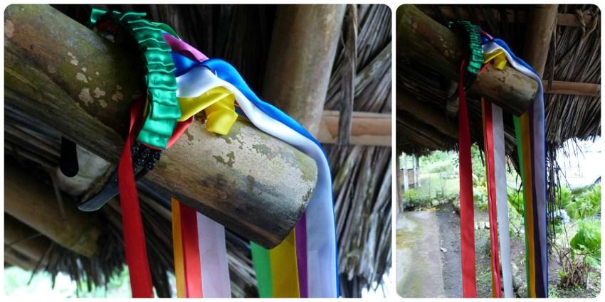 zoom en un diadema arcoiris colgado a una viga de una casa de los Tsachila en Santo Domingo de los Colorados