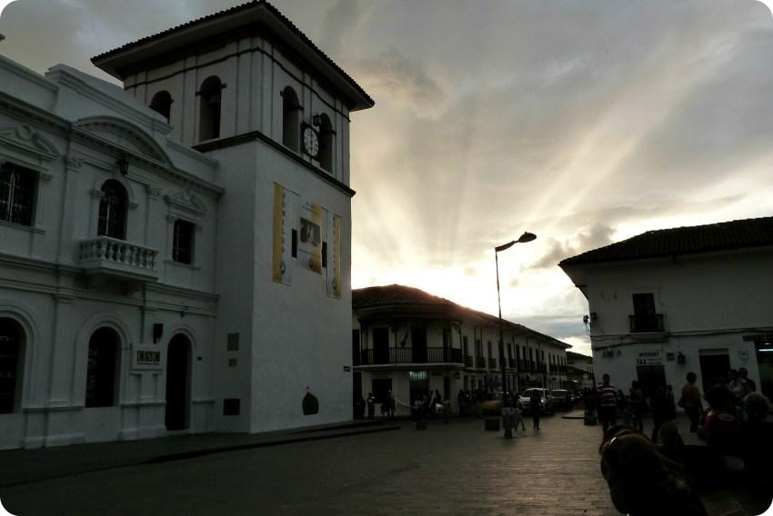atardecer en la Torre del Reloj en el Parque Caldas de Popayán