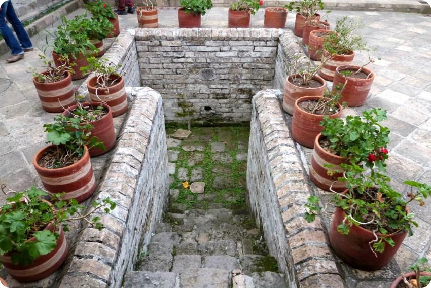 cavité servant anciennement de toilettes au milieu du patio de la casa de la cultura de Popayán