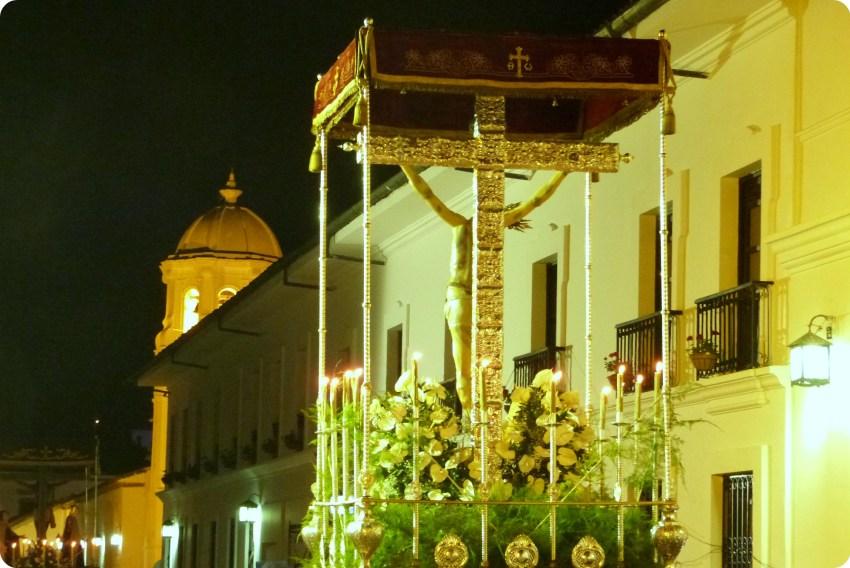 paso de la crucifixion de Jésus vu de dos avec une croix en argent pendant le défilé du mardi saint durant le défilé de la Semana Santa de Popayán