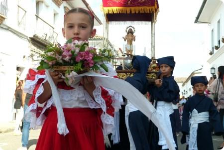 gros plan sur una petite sahumadora durant la procesión chiquita de la Semana Santa de Popayán