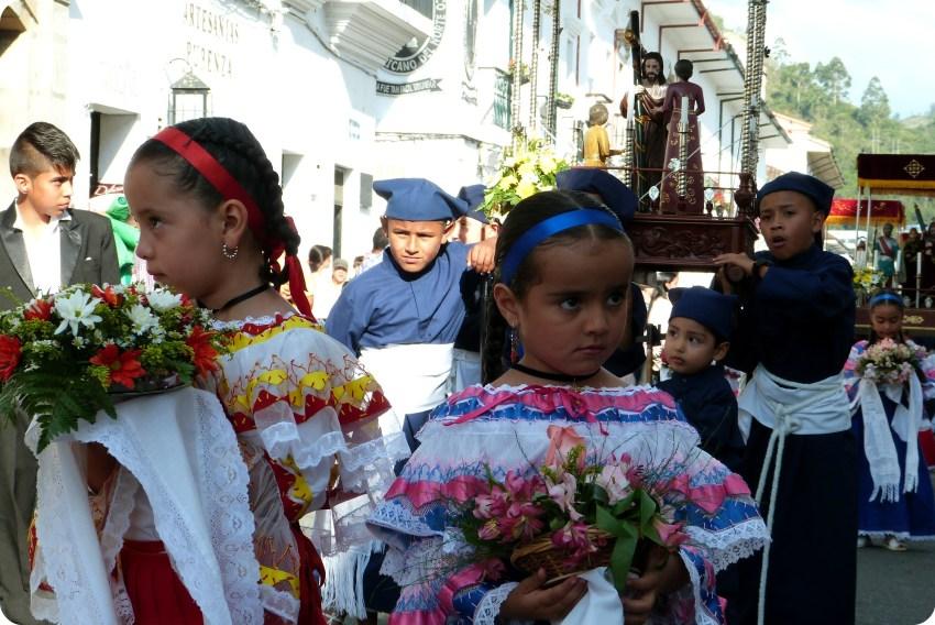 pequeñas sahumadoras durante la procesión chiquita de la Semana Santa de Popayán