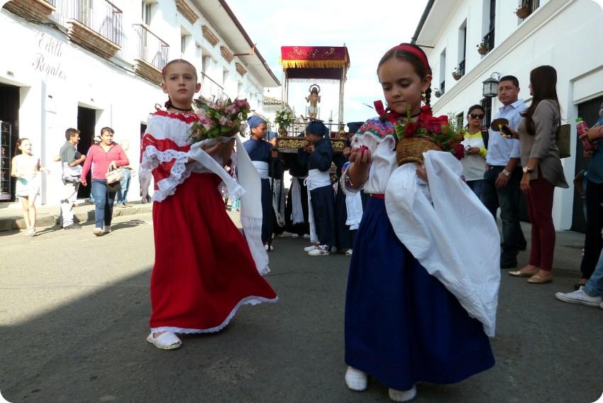 niñas sahumadoras durante la procesión chiquita de la Semana Santa de Popayán