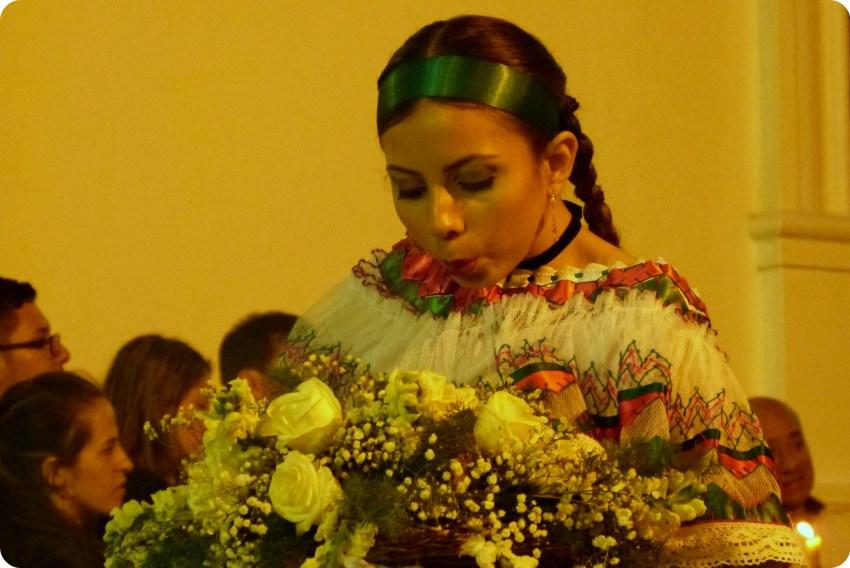 sahumadora soufflant sur de l'encens au défilé du mardi saint durant la Semana Santa de Popayán