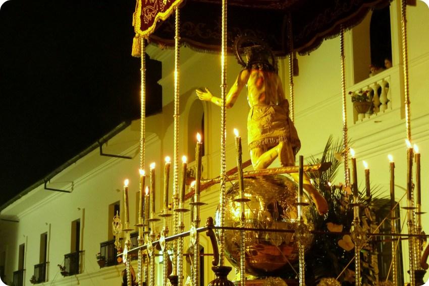 Señor del pardón con el mundo en oro en un paso del desfile del martes santo durante la Semana Santa de Popayán