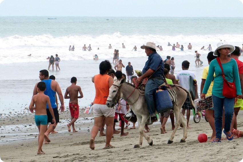 vendeur de tamales sur un âne sur la plage de Pedernales