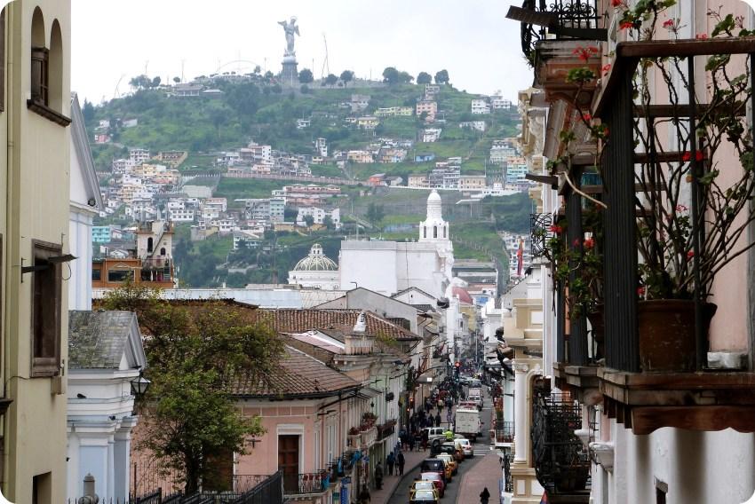 calle del centro de Quito con una vista al Panecillo