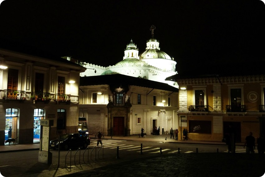 La iglesia de la Compañía de Jesús de Quito vista de noche
