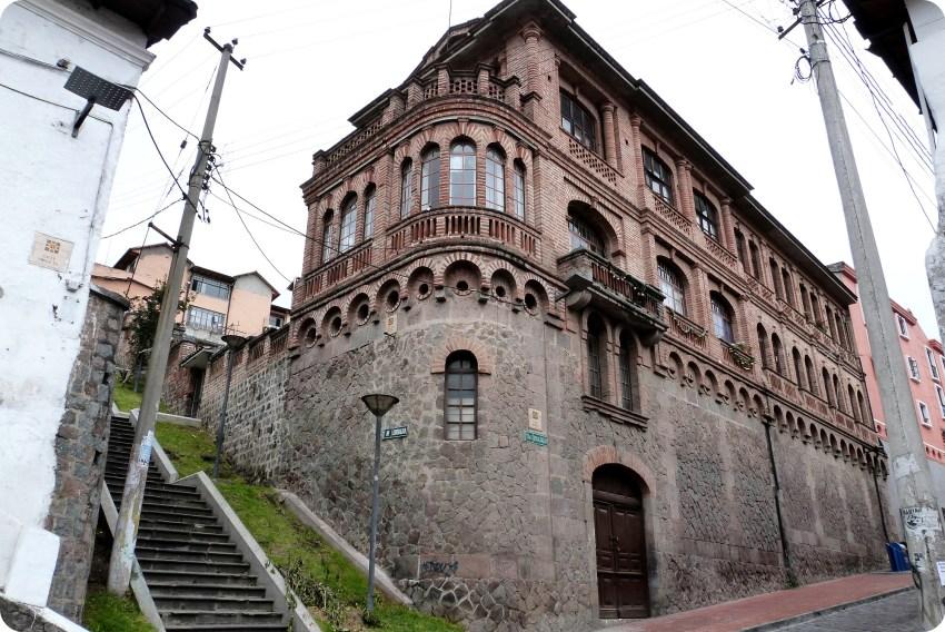 edificio en la calle benalcazar y esmeraldas de Quito