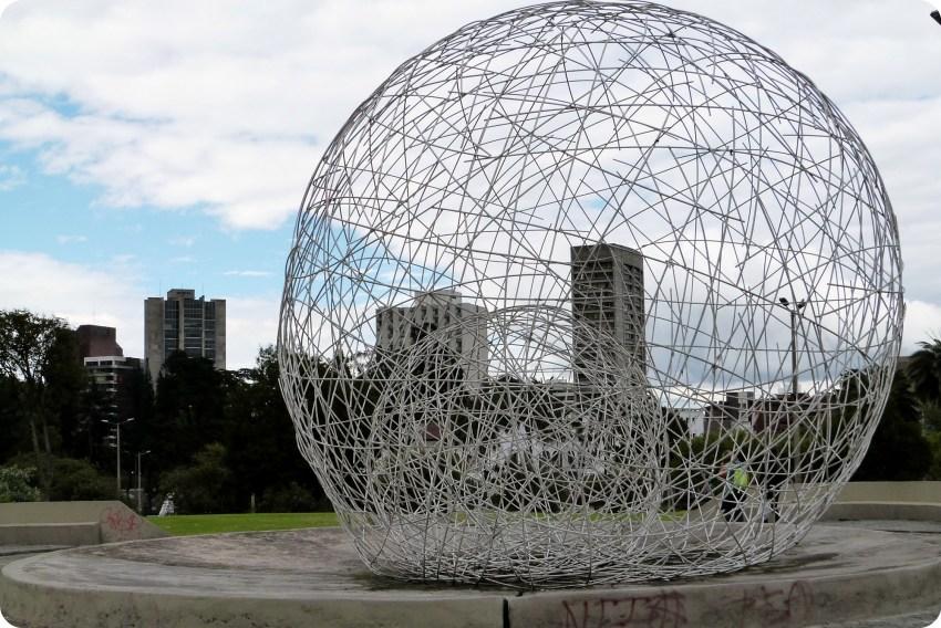 Sculpture sphérique Metal dans le sud de Quito