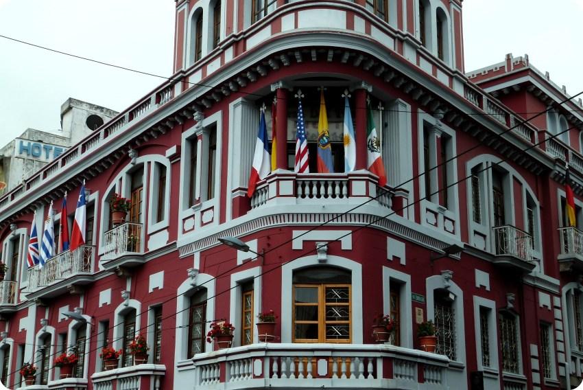 banderas flotando en el Hotel Plaza del Teatro de Quito