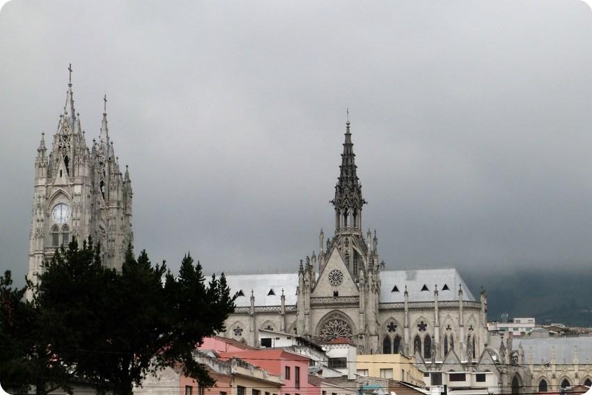 La Basilica del Voto Nacional de Quito vista de perfil