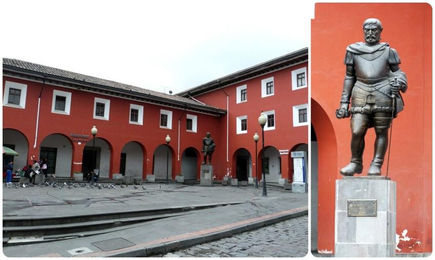 Estatua en la Plaza Benalcazar en el centro histórico de Quito