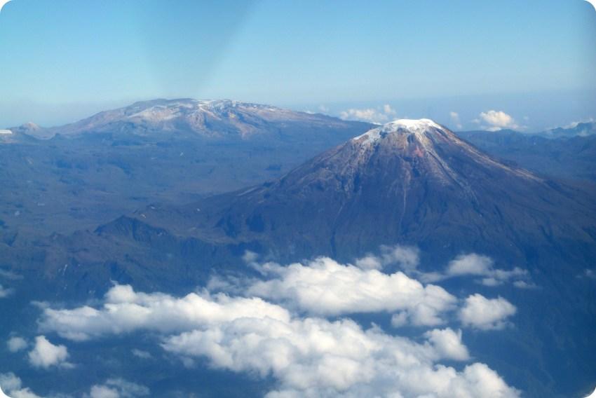 vue sur une montagne enneigée depuis l'avion entre Popayán et Bogotá