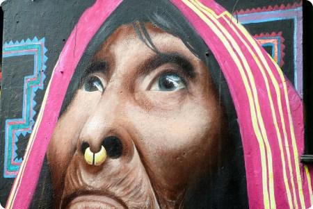 femme indigène représentée sur un street art du quartier de la Candelaria de Bogotá