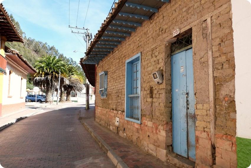 maison de pierre dans une rue de Nemocón