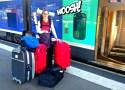 Charlène, située sur le quai de la gare de Nantes, entourée de 8 sacs et valises !