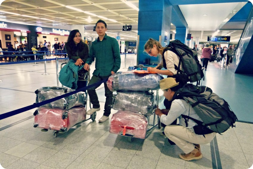 Charlène y Charles escribiendo las direcciones en las maletas