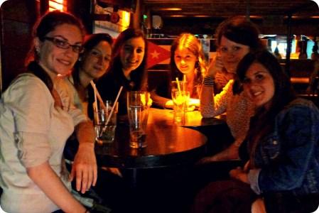 Charlène et son groupe d'amies, dans un bar de Nantes, avant le départ
