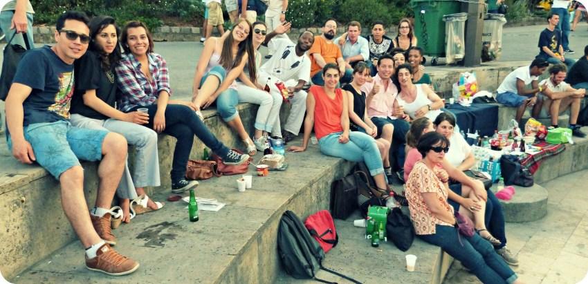 Grupo de amigos de Charles, en los quais de la Seine en Paris, antes de la salida