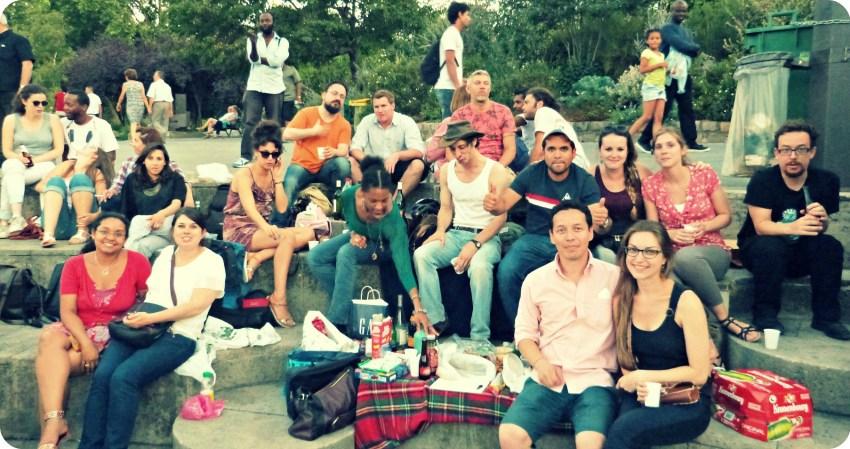 Grupo de amigos de Charles, en los quais de Seine en Paris, festejando la salida
